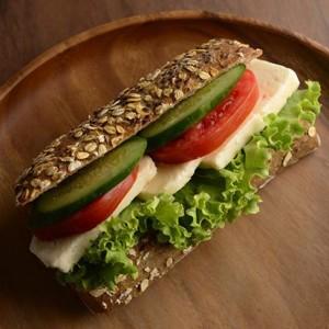 beyaz peynirli sağlıklı sandviç